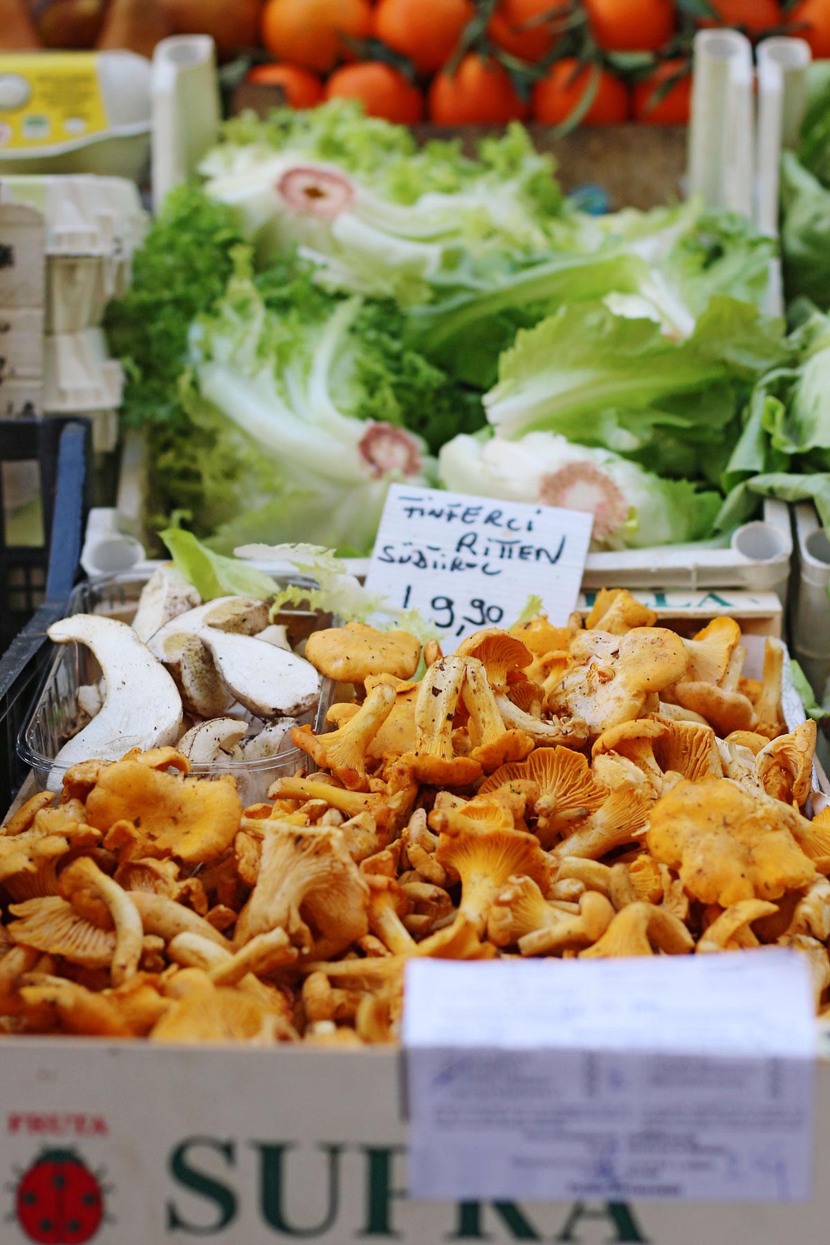 Obstmarkt Bozen mit Pilzen